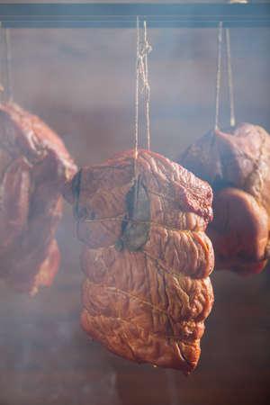 Carne de cerdo ahumada en un ahumadero casero. Foto de archivo - 90086560