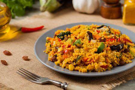 Couscous oriental. Vegetarian dish. Front view.  Banque d'images