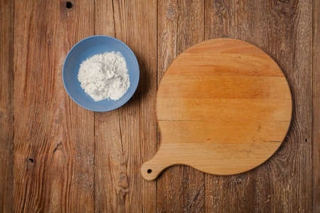Empty pizza delivery board with flour. Top view. Concept. Imagens