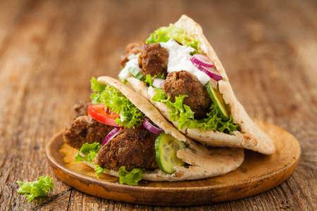Kebab, kofta in pita, bun. Traditional southern European dish. Front view. 免版税图像