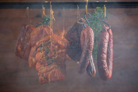 Carne di maiale affumicata in un affumicatoio fatto in casa. Archivio Fotografico