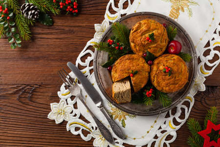 Small, baked patties in Christmas retro styling. Top view. Natural wooden background. 스톡 콘텐츠