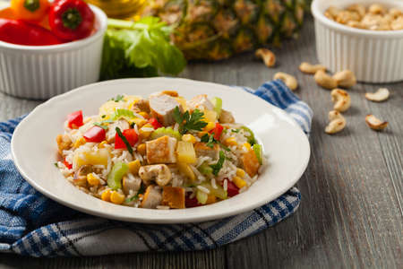 Salad with rice, chicken, peanuts and vegetables. Front view. Standard-Bild
