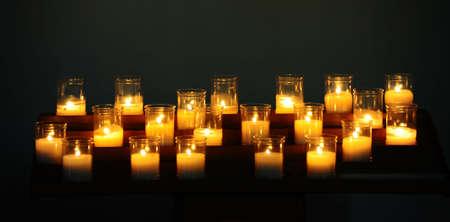 Quema de velas antes el altar de la Iglesia  Foto de archivo - 8209844