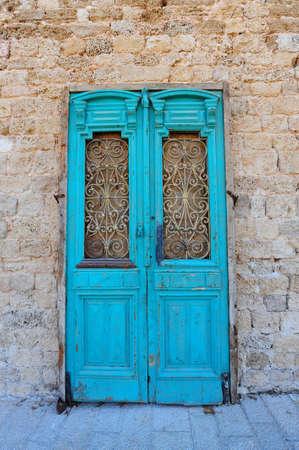 door bolt: Imagen de Close-up Of Blue madera antigua puerta de Israel Foto de archivo