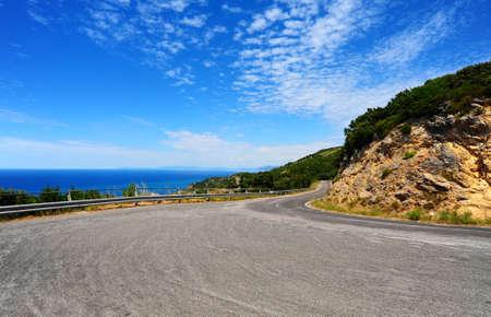 Kronkelende weg In de bergen langs de kust