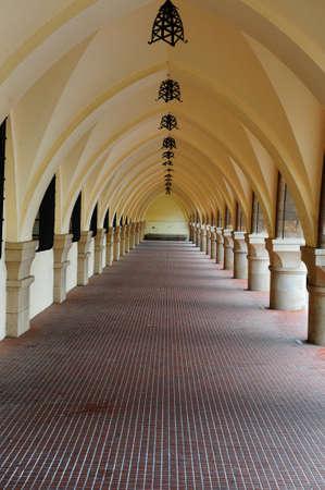 arcos de piedra:  Loggia largo en el edificio Medieval en la isla de Rodas
