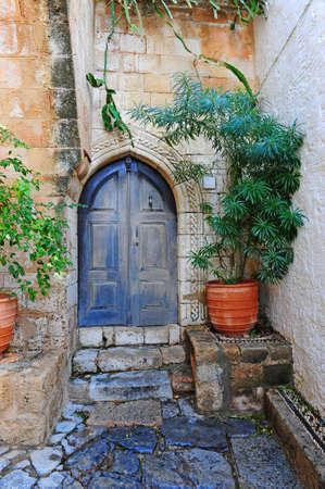 door bolt: Patio de un t�pico casas griega en la isla de Rodas