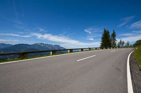 infraestructura: Panoramastrasse-carretera de asfalto en los Alpes b�varos Foto de archivo