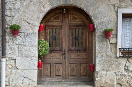 door bolt: Detalle de la fachada de los hogares espa�oles decorado con flores