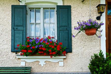 ventana abierta: Baviera Ventana con Open persianas de madera, decorado con flores frescas Foto de archivo