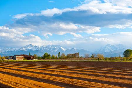 꼭대기가 눈으로 덮인: Farmhouse in Piedmont on the Background of Snow-capped Alps