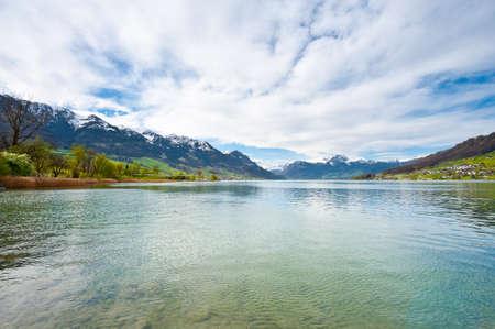꼭대기가 눈으로 덮인: Lake Sarner on the Background of Snow-capped Alps, Switzerland 스톡 사진