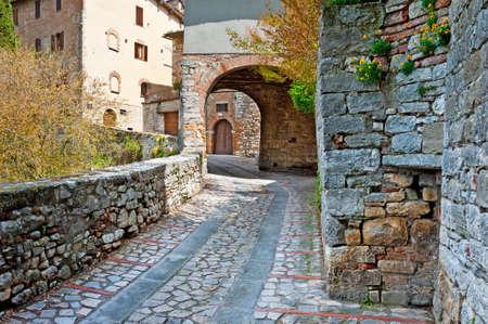 window shade: Callej�n estrecho con los edificios viejos en la ciudad italiana de Todi Foto de archivo
