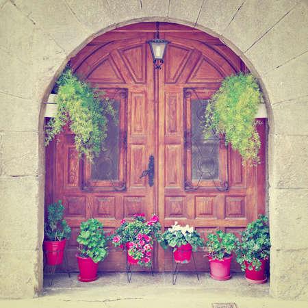 spanish homes: Particolare della facciata di Case spagnoli decorato con fiori, effetto di retro