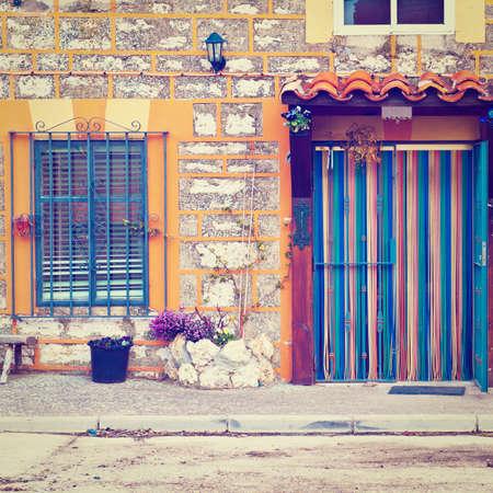 spanish homes: Particolare della facciata di case spagnole decorati con fiori, effetto di retro Archivio Fotografico