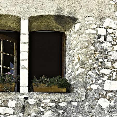 ventanas abiertas: Abrir ventanas decoradas con flores frescas, Vintage Estilo enton� la imagen Foto de archivo