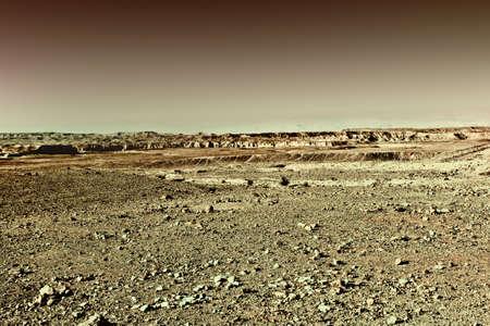 desierto: Las colinas rocosas del desierto de Negev, en Israel, en la puesta del sol, Estilo vintage Imagen virada