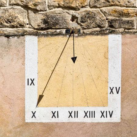 reloj de sol: Reloj de sol en la pared del edificio francesa