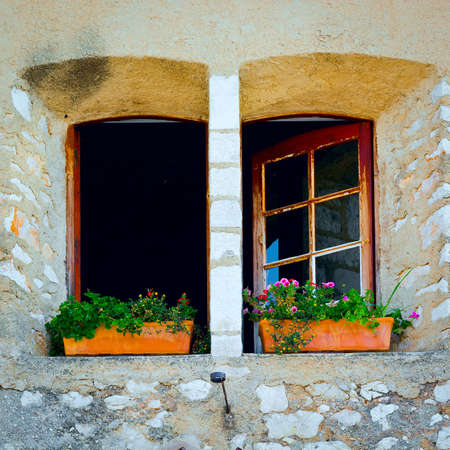 ventanas abiertas: Apertura de ventanas decoradas con flores frescas Foto de archivo