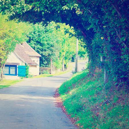 empedrado: Sinuoso camino pavimentado en el pueblo francés, Foto de archivo