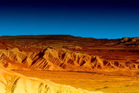 Rotsachtige heuvels van de Negev-woestijn in Israël vroeg in de ochtend.