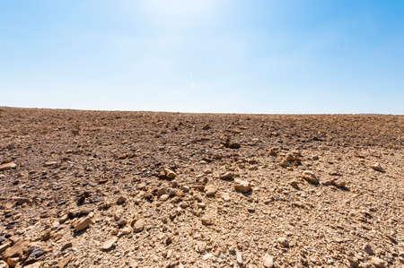 Paysage à couper le souffle des formations rocheuses dans le désert d'Israël. Montagnes poussiéreuses interrompues par des oueds et des cratères profonds. Banque d'images