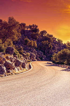Winding Asphalt Road in the Cantabrian Mountains in Spain at sunrise. Breathtaking landscape and nature of the Iberian Peninsula 免版税图像
