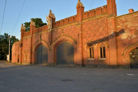 extant: Kaliningrado, Rusia - 08 de junio 2014 Friedland Gate - una de las siete puerta existente de la ciudad de Kaliningrado antes Kenigsberg, construido en el a�o 1857 a 1862, en el interior colocaron exposici�n del museo