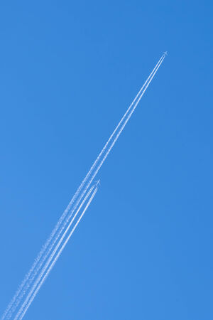 vapor trail: Airplanes with trail