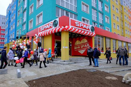 retail chain: KALININGRAD, RUSSIA - 19 novembre 2014: Una festa supermercato SPAR apertura sulla strada Minusinskaya. Spar � una catena di vendita al dettaglio internazionale e franchising. Editoriali
