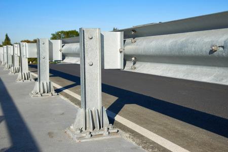 Geanodiseerd veiligheid stalen barrière op brug snelweg Stockfoto - 46921887