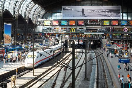 HAMBURG, DEUTSCHLAND - 13. August 2015: Plattformen im Hauptbahnhof von Hamburg Standard-Bild - 55919246