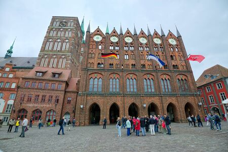 STRALSUND, GERMANY - MAY 26, 2016: Old Market square and City Hall, Mecklenburg Western Pomerania 新聞圖片