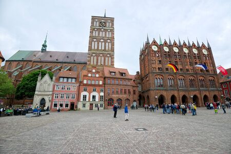 STRALSUND, GERMANY - MAY 26, 2016: Market square with Nicholas Church and City Hall, Mecklenburg Western Pomerania 新聞圖片