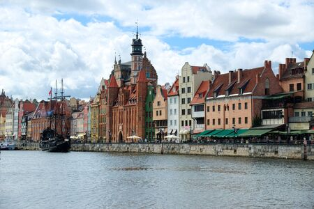 GDANSK, POLAND - APRIL 6, 2017: View of the riverside in Old Town by the Motlawa river, Gdansk is located in northern Poland and is very popular tourists destination 新聞圖片