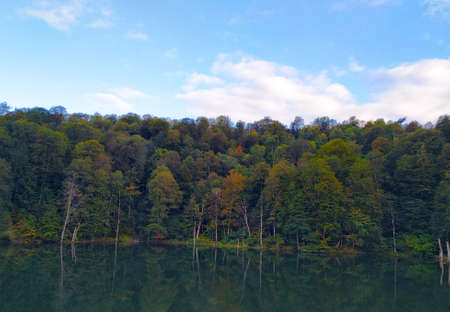 Blue lake in early autumn on a clear day Zdjęcie Seryjne