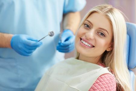 odontologo: tratamiento de la joven paciente en la clínica dental Foto de archivo