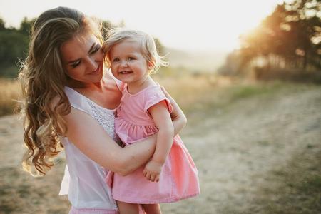 papa y mama: hermosa familia de tres personas, padre madre e hija Foto de archivo