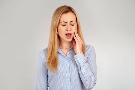 dent douleur: Fille en bonne sant� dans les �motions dif�rentes, douleur dentaire