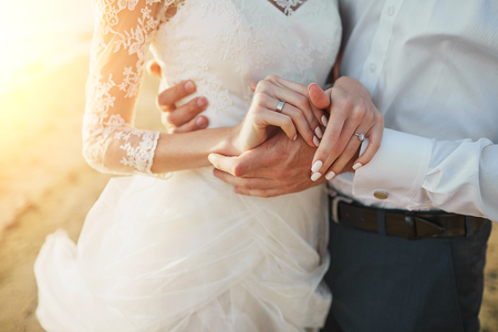 sol radiante: Apenas pares casados ??que se ejecutan en una playa de arena