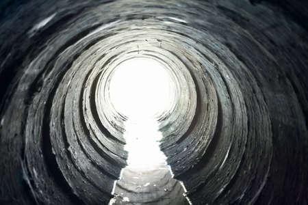 지하에: 원형 터널의 끝에서 빛 스톡 사진