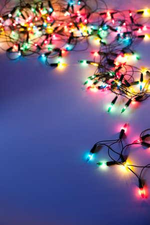 sfondo luci: Luci di Natale su sfondo blu scuro con spazio di copia. Ghirlanda decorativo