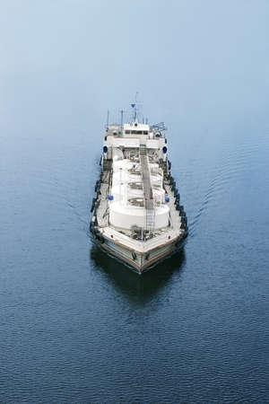 camión cisterna: reabastecimiento de combustible petrolero por barco y barco, vista superior Foto de archivo