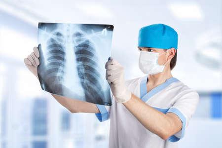médico mirando la imagen de rayos x de pulmones en hospital