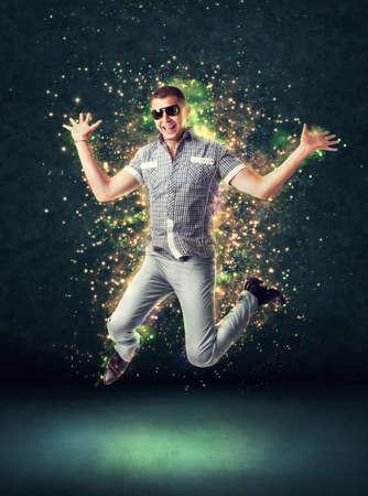 gente loca: Saltos hombre joven y sonriente sobre un fondo abstracto que brilla intensamente