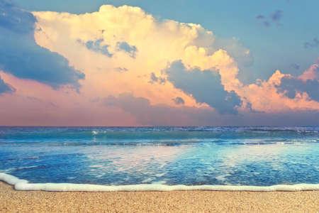 cielo y mar: playa y el mar al atardecer con nubes dram�ticas. Paisaje hermoso