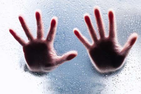right ideas: Siluetas de dos manos derechas tras cristal mojado Foto de archivo