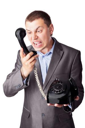 decepción: Un hombre de negocios enojado gritando en auricular del teléfono aisladas sobre fondo blanco