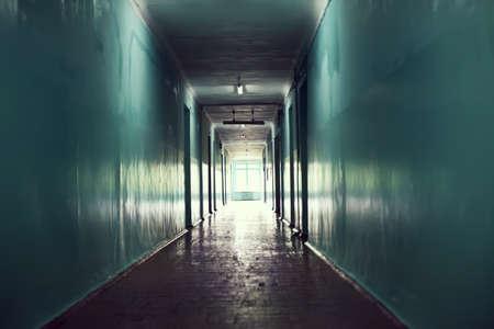 corridoi: corridoio buio. Luce alla fine del concetto di galleria